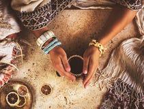 Kvinnliga händer rymmer en kopp av svart kaffe Härliga indierprydnader och ethnostil arkivfoto