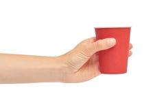 Kvinnliga händer rymmer en papp eller en plast- disponibel kopp bakgrund isolerad white Royaltyfria Foton