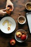 Kvinnliga händer som förbereder sig stoppa äppelpajstrudelträtabell t royaltyfria bilder