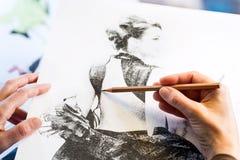 Kvinnliga händer som gör mode, skissar royaltyfria bilder