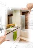 Kvinnliga händer som inramar beställnings- badrumdesign fotografering för bildbyråer
