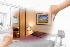 Kvinnliga händer som inramar beställnings- sovrumdesign royaltyfri foto