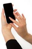 Kvinnliga händer som rymmer den smarta telefonen Arkivbilder