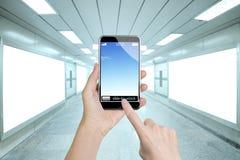 Kvinnliga händer som rymmer den smarta telefonen, fingrar den rörande skärmen Arkivbild