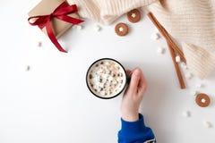 Kvinnliga händer som rymmer koppen av varm choklad med marshmallowen Juldryck, smakliga kakor, gåvaask på vit bakgrund flicka royaltyfria foton