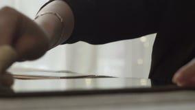 Kvinnliga händer som torkar yttersida, avskärmar minnestavladatoren med torkdukeslut upp arkivfilmer
