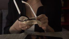 Kvinnliga händer som torkar yttersidaexponeringsglas med mjukt torkdukeslut upp arkivfilmer