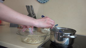 Kvinnliga händer tar förberedd spagetti från krukan till den glass maträtten 4K lager videofilmer