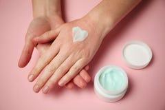 Kvinnliga h?nder applicerar fuktighetsbevarande hudkr?m till huden Retning och allergier, f?rfrysning royaltyfria bilder