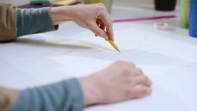 Kvinnliga handattraktioner med en blyertspenna stock video