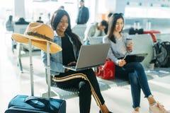 Kvinnliga handelsresande som v?ntar p? avvikelse i flygplats arkivbilder