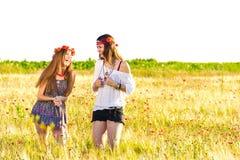 Kvinnliga hippier i fält royaltyfri foto