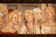 Kvinnliga huvud på den 14th århundradefreskomålningen inom historiska Palazzo del Podesta arkivbilder