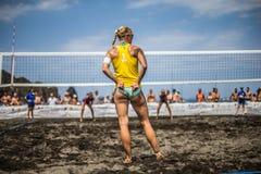 Kvinnliga idrottsman nen i handling under en turnering i strandvolleyboll Fotografering för Bildbyråer