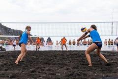 Kvinnliga idrottsman nen i handling under en turnering i strandvolleyboll Arkivfoto