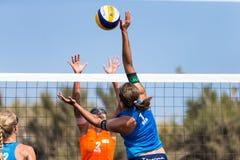 Kvinnliga idrottsman nen i handling under en turnering i strandvolleyboll Royaltyfria Bilder