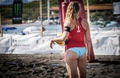 Kvinnliga idrottsman nen i handling under en turnering i strandvolleyboll Arkivbild