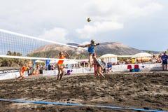 Kvinnliga idrottsman nen i handling under en turnering i strandvolleyboll Arkivfoton