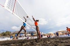 Kvinnliga idrottsman nen i handling under en turnering i strandvolleyboll Royaltyfri Bild