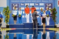 Kvinnliga idrottsman nen under att tilldela Royaltyfri Foto