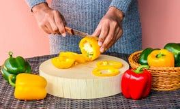 Kvinnliga kockklippspanska peppar royaltyfri foto