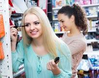 Kvinnliga kunder som väljer mascara Royaltyfria Bilder