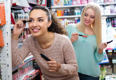 Kvinnliga kunder som väljer mascara Arkivfoto