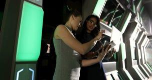 Kvinnliga ledare som använder bärbara datorn 4k stock video