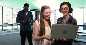 Kvinnliga ledare som använder bärbara datorn medan manlig ledare som använder den digitala minnestavlan 4k arkivfilmer