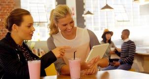 Kvinnliga ledare som använder den digitala minnestavlan på kaféräknaren 4k lager videofilmer