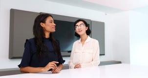 Kvinnliga ledare som använder den osynliga skärmen i konferensrum 4k stock video