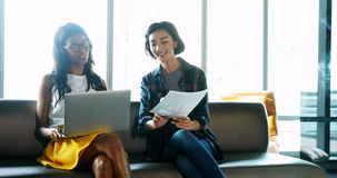 Kvinnliga ledare som diskuterar över bärbara datorn 4k lager videofilmer