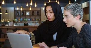 Kvinnliga ledare som diskuterar över bärbara datorn 4k stock video