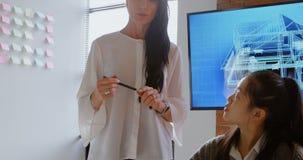 Kvinnliga ledare som diskuterar över en bärbar dator 4k lager videofilmer