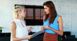 Kvinnliga ledare som diskuterar över skrivplattan 4k lager videofilmer