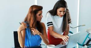 Kvinnliga ledare som diskuterar på bärbara datorn 4k lager videofilmer