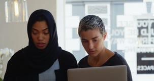 Kvinnliga ledare som diskuterar på den digitala minnestavlan 4k lager videofilmer