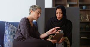 Kvinnliga ledare som diskuterar på den digitala minnestavlan 4k arkivfilmer