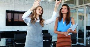 Kvinnliga ledare som diskuterar på den osynliga skärmen 4k stock video