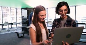Kvinnliga ledare som i regeringsställning använder bärbara datorn 4k lager videofilmer