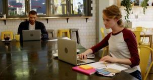Kvinnliga ledare som i regeringsställning arbetar kafeterian 4k stock video