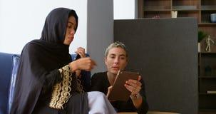 Kvinnliga ledare som i regeringsställning diskuterar på den digitala minnestavlan 4k stock video