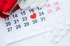 Kvinnliga månatliga cirkuleringskalenderpiller smärtar behandling arkivfoto
