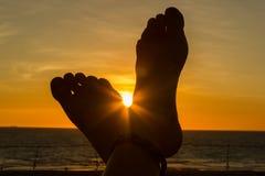 Kvinnliga matningar in mot solnedgången Semesterbegrepp, punkt av sikten, kvast, Australien royaltyfri fotografi