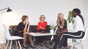 Kvinnliga medarbetare som tillsammans diskuterar kommersiellt projekt lager videofilmer