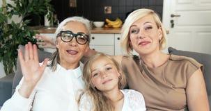 Kvinnliga medlemmar för familj som har video pratstund lager videofilmer
