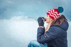 Kvinnliga Nice ha te i kall vinterdag fotografering för bildbyråer