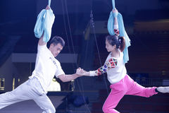 Kvinnliga och manliga akrobater repeterar Arkivfoto