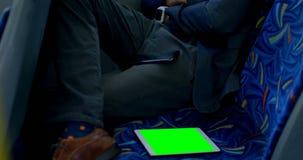 Kvinnliga pendlare som använder mobiltelefonen på hållplatsen 4k stock video