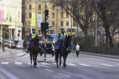 Kvinnliga poliser på hästrygg Fotografering för Bildbyråer